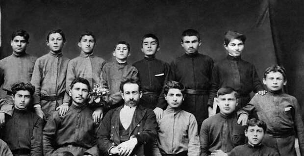 Иосиф в годы учебы (в верхнем ряду четвертый слева)