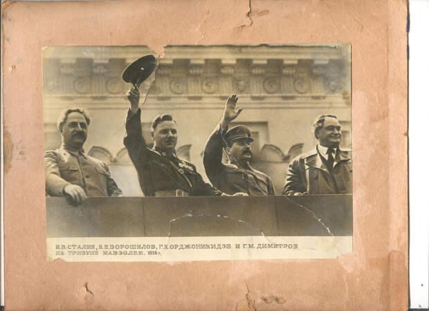 Ворошилов, Сталин, Орджоникидзе и Димитров на трибуне Мавзолея. 1936 г.