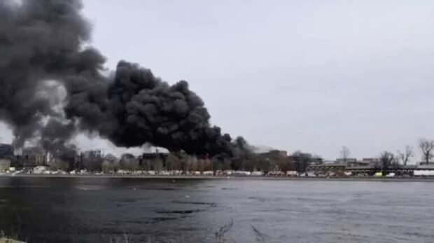 """В Петербурге загорелась фабрика """"Невская мануфактура"""""""