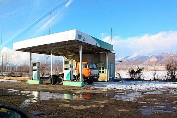 Поддельный British Petroleum? Нет, про- винциальная АЗС сети Bishkek Petroleum. Топливо поставляют из России. Цена бензина АИ‑80 – 33–34 сома, АИ‑92 – 38–40 сомов, дизельного топлива – 34–34,5 сома. Официальный курс – 1,1 сома за рубль.
