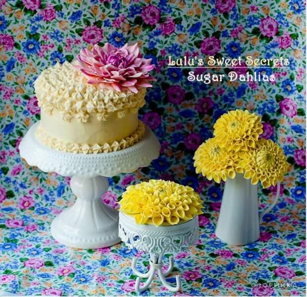аппетитный тортик украшенный цветами из маршмеллоу