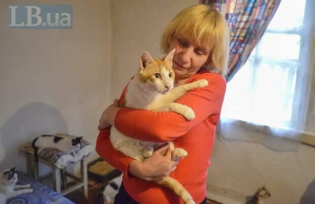 Валентина и ее любимец, кошачий главарь Стасик