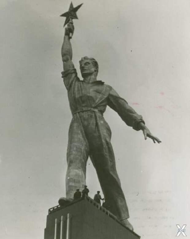 Скульптура «Рабочий со звездой»