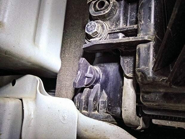 На машинах с механической коробкой доступ к сливной пробке антифриза свободный. В случае с автоматом мешают магистрали охлаждения агрегата – придется действовать на ощупь.