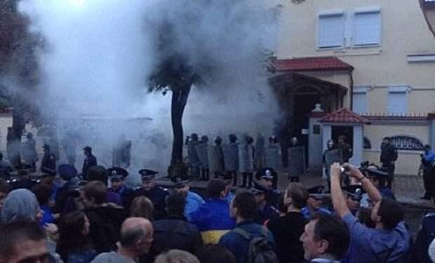 В Харькове консульство России забросали дымовыми шашками