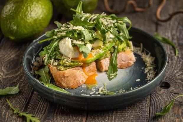 Брускетты, роллы, тако и другая быстрая летняя еда с зеленью, овощами и фруктами