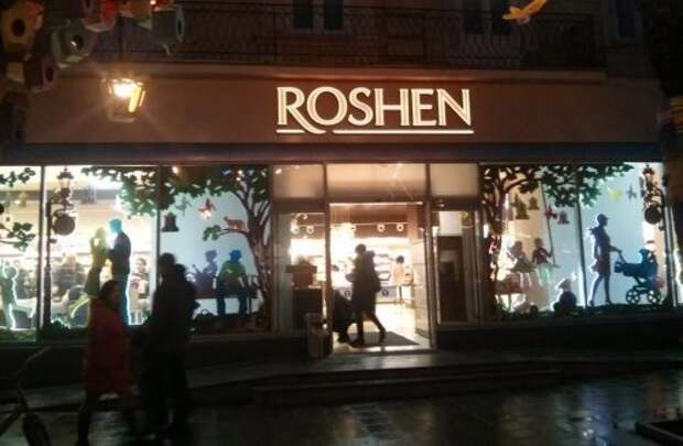 Во Львове облили «кровью» магазин Roshen (видео)