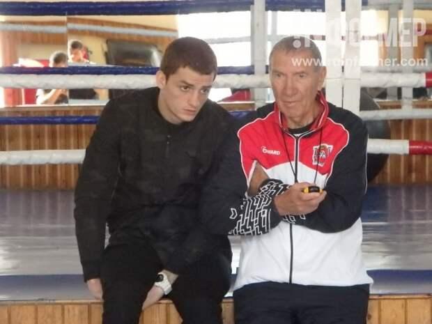 В Крыму суровые ребята в боксёрских перчатках жёстко били друг друга