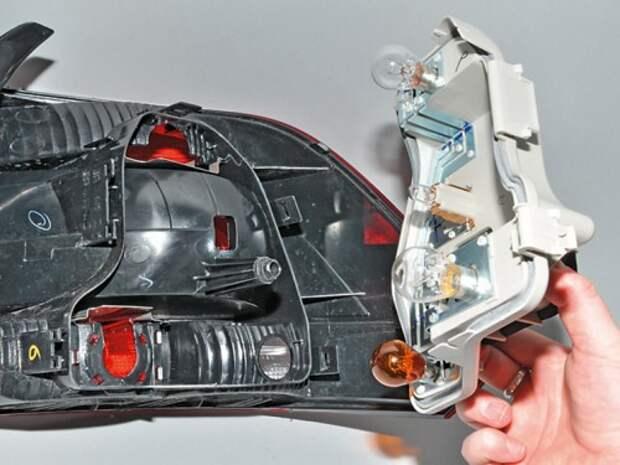 Замена ламп в заднем фонаре Volkswagen Polo седан