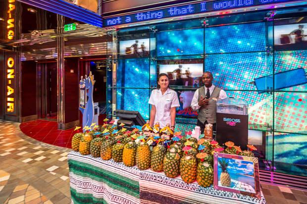 На борту всех встречают ананасовым коктейлем. Возьмите себе один и давайте поднимемся в отель, посмотрим на номера: еда, лайнер, море