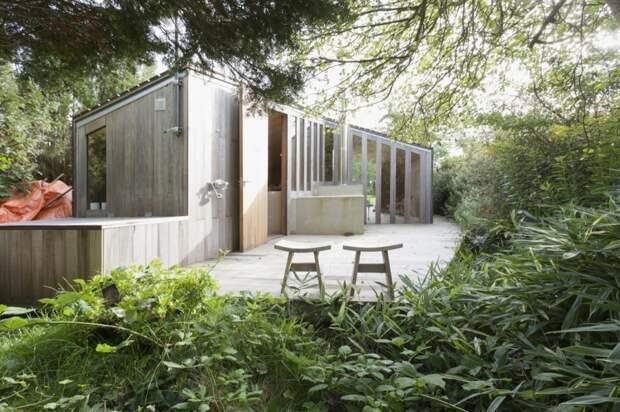 Небольшой дачный деревянный домик, который лучше всего использовать для сезонного проживания.