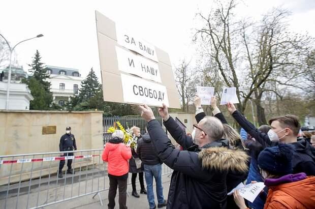 У посольства РФ в Чехии произошла стычка сторонников и противников России