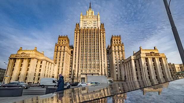 «Бег с препятствиями по карусели»: Захарова высмеяла чиновников США
