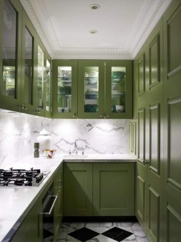 Квадратная оливковая кухня выглядит строгой из-за четких линий и способа укладки плитки на полу