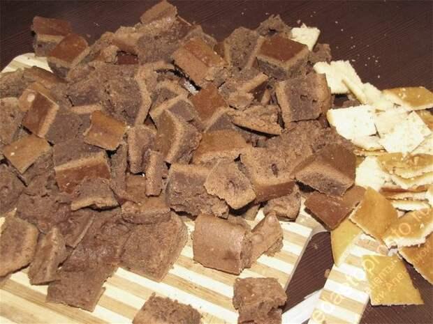 Разрезать на небольшие кубики темный корж. пошаговое фото этапа приготовления торта Графские развалины