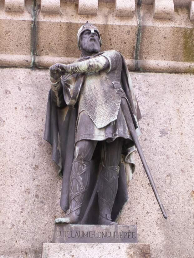 Вильгельм Длинный меч, герцог Нормандский. Статуя в сквере в Фалезе.
