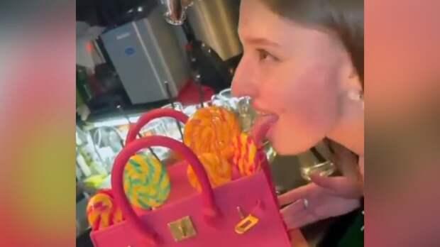 Фигуристка Сотскова весело отметила 21-летие, эротично облизав подаренные леденцы: видео