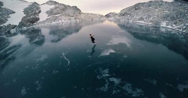 Она катается на коньках по замерзшему озеру. Но ты только взгляни, где оно находится!