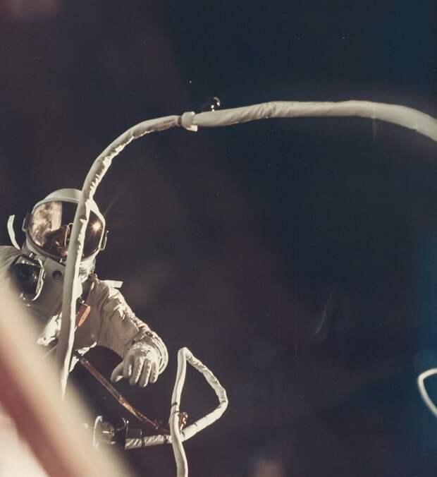 1966, июнь. Джемини-9A. Программа выхода в открытый космос предполагала подключение и использование ракетного ранца, закреплённого в корме корабля