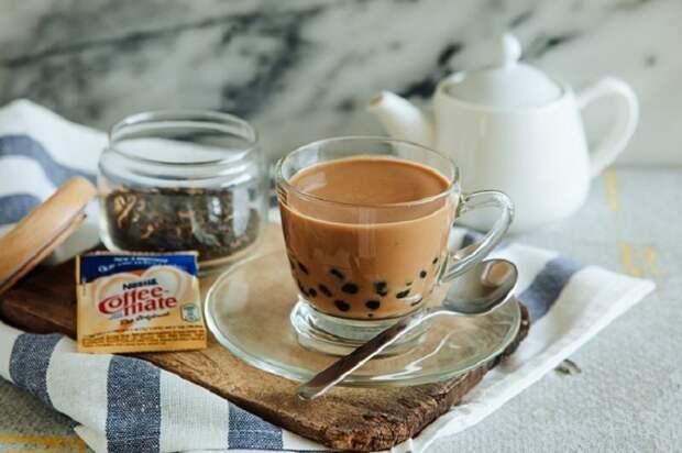 Кофе с чаем, Гонконг. 4 пакетика черного чая, перец, сгущенное молоко и 2 шота кофе.