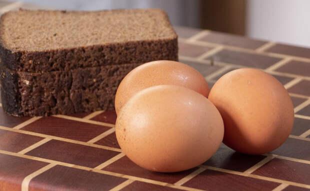 Берем 3 вареных яйца и Бородинский хлеб. Из простых продуктов получается блюдо для завтрака из ресторана