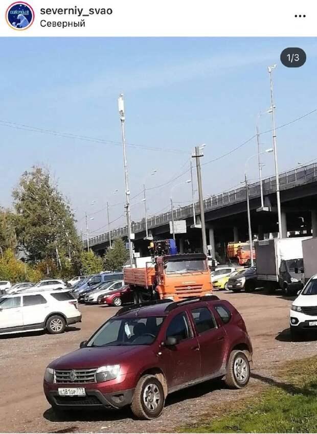На парковку на Дмитровском стали заезжать большегрузы