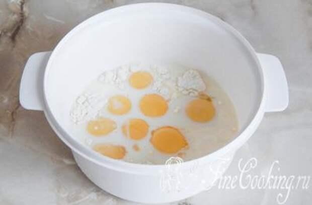 Шаг 3.  Желтки соединяем в миске с мукой (предварительно желательно просеивать), солью, сметаной и молоком