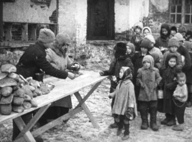 Раздача хлеба голодающим детям. 1919 год. / РИА Новости