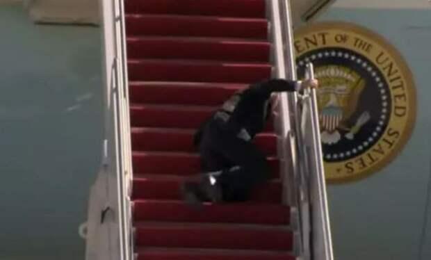 Байден продолжает отжигать: упал два раза пока взбирался по трапу самолета