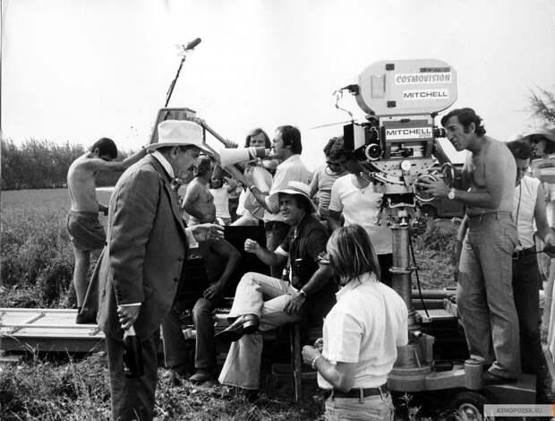 """Роберт Де Ниро, Жерар Депардье, Дональд Сазерленд, Берт Ланкастер, Стефания Сандрелли и другие на съемках фильма """"Двадцатый век"""". 1976 год."""