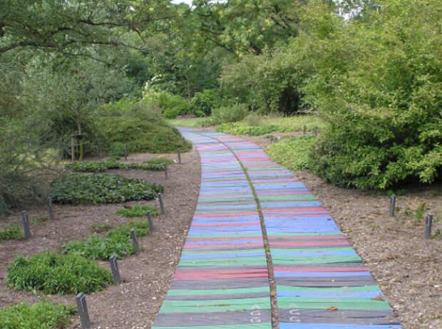 Разноцветные деревянные дощечки дача, дорожки, сад