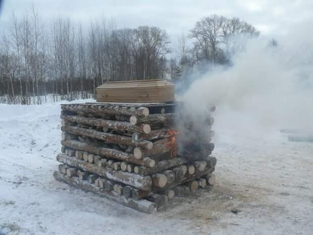 Язычники сожгли умершего соратника на погребальном костре.