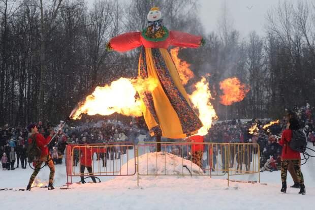 Фото дня: чучело зимы сожгли на Масленицу в Нижнем Новгороде