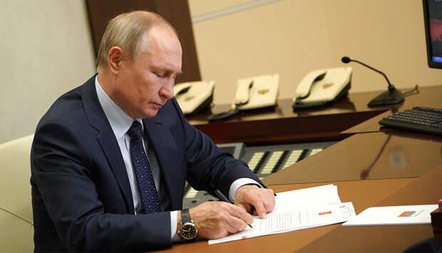 Владимир Путин подписал указ о единовременной выплате пенсионерам в 10 тыс. рублей