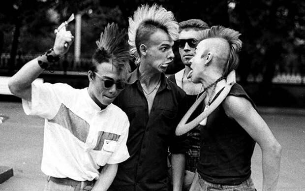 Тусовка панков в сквере у Никитских ворот, 1988 год.jpg
