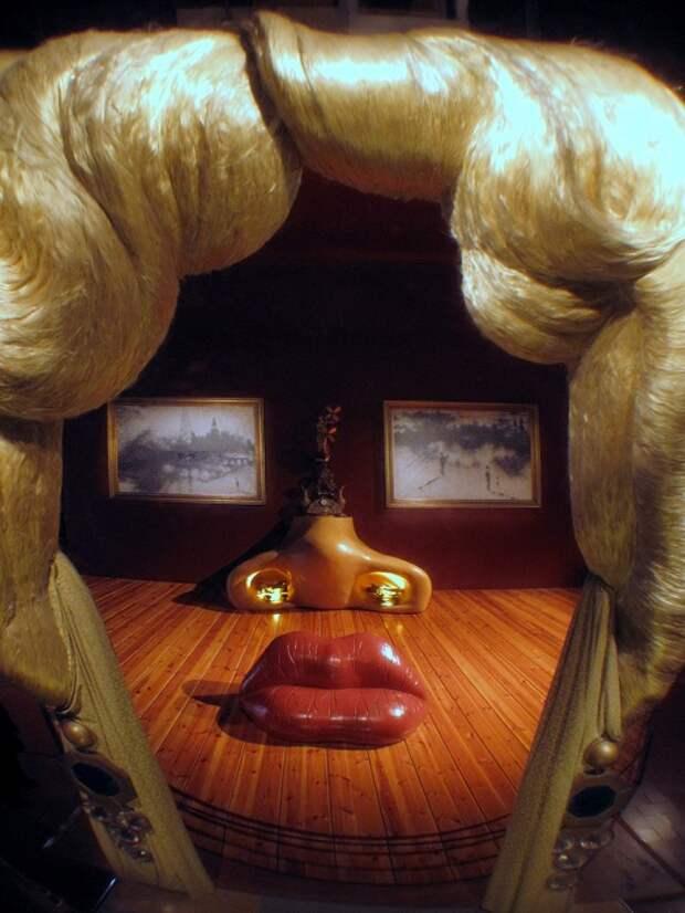 Комната в виде лица Мэй Уэст, созданная Сальвадором Дали.