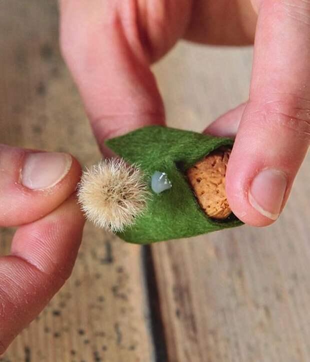 Цветок расположите на лацкане накидки и зафиксируйте клеем.