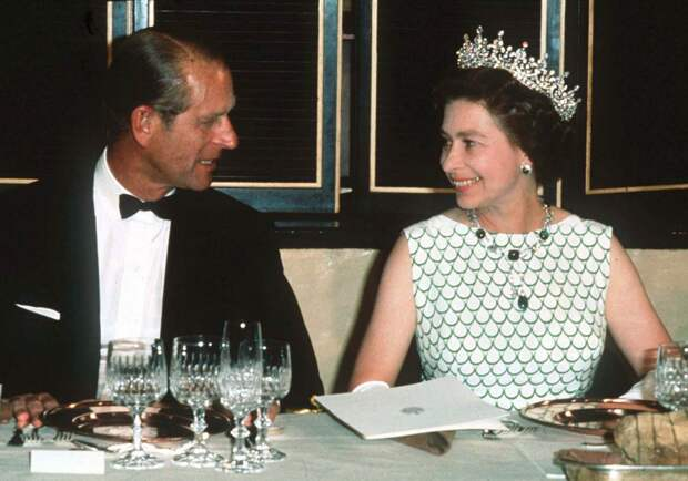 Почему королева Елизавета II и принц Филипп, скрывали свои чувства на публике