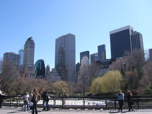 4 место. Центральный парк — зелёный символ Нью-Йорка. Ежегодно, по его улицам проходит около 40 миллионов человек, для которых это лучшее место для отдыха на траве в густо застроенном городе.