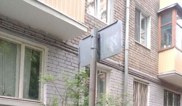 На Радужной отремонтировали поврежденный дорожный знак