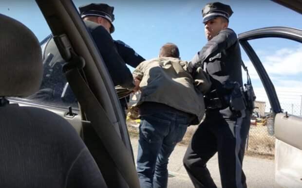 Полицейские силой выволокли водителя из-за непристегнутого ремня