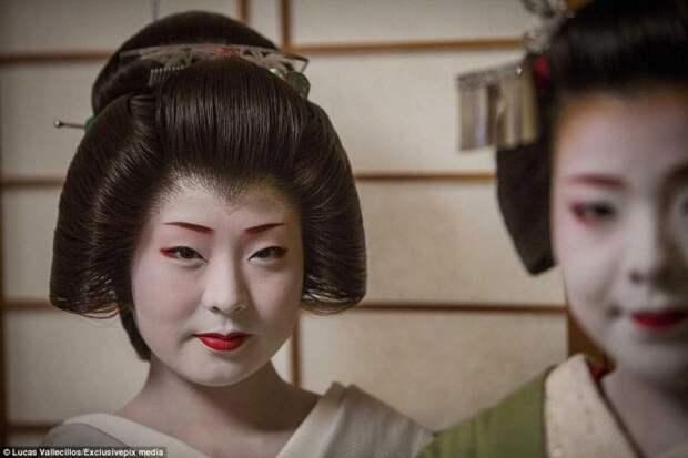 Фотожурналисту Лукасу Валлесиллосу было разрешено посетить дом гейш Окия, где они живут и развивают свои умения гейша, история, люди, япония