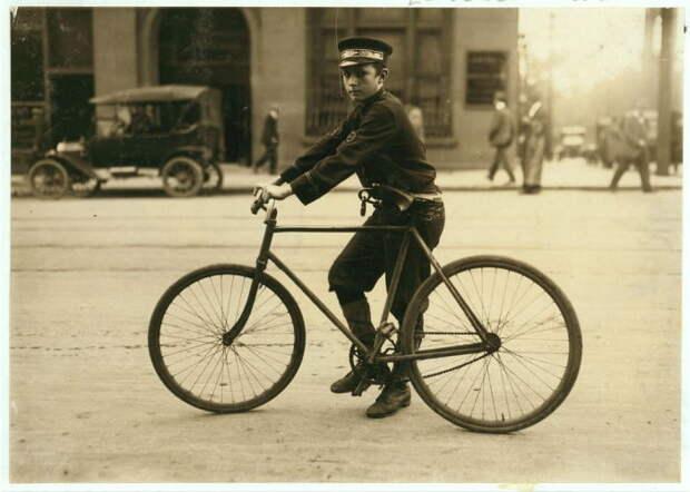 Типичный Бирмингемский почтальон на велосипеде.