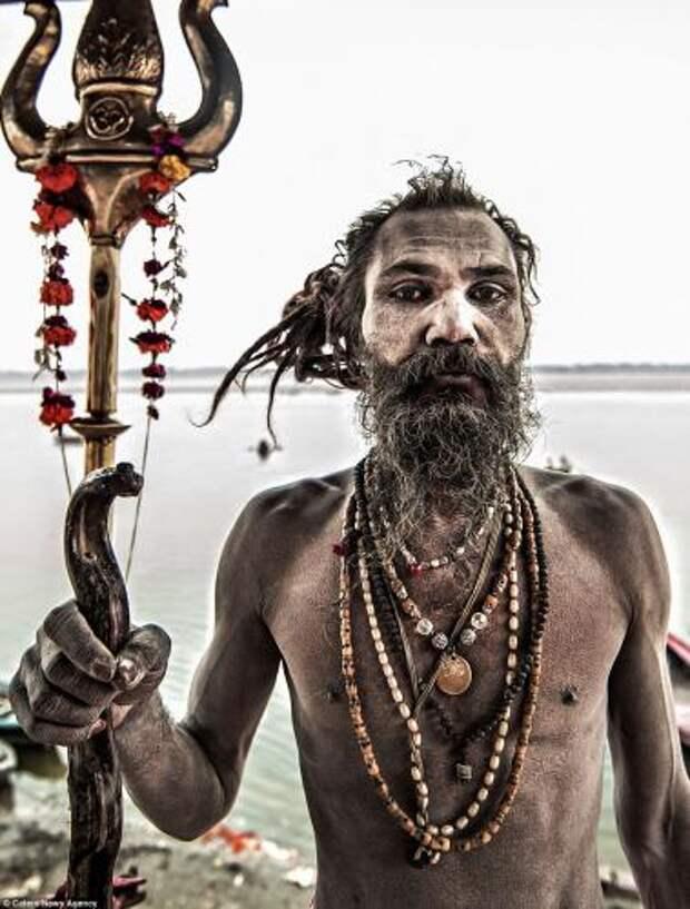 Агхори, обмазанный пеплом / ©Flickr