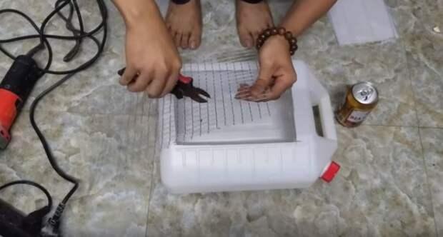 Ставим решетку. /Фото: youtube.com.