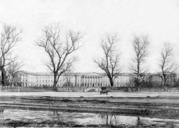 Здание Смольного института.