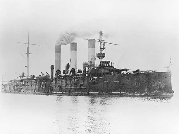"""Крейсер """"Аврора"""" после Цусимского сражения, июнь 1905, Филиппины."""