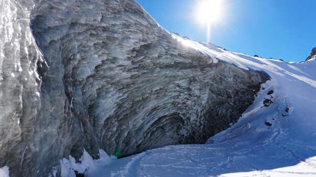 Опасная красота: Ледник Богдановича, Октябрьская пещера. Ледяная стена гор Алматы. Спуск в пещеру