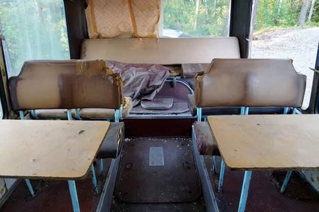 В ''столовой'' — четыре стола на 16 человек. Два из них утрачены, остальная мебель — просто приуныла ЛАЗ, ЛАЗ-4969, авто, автобус, кухня, олдтаймер, ретро техника, фудтрак