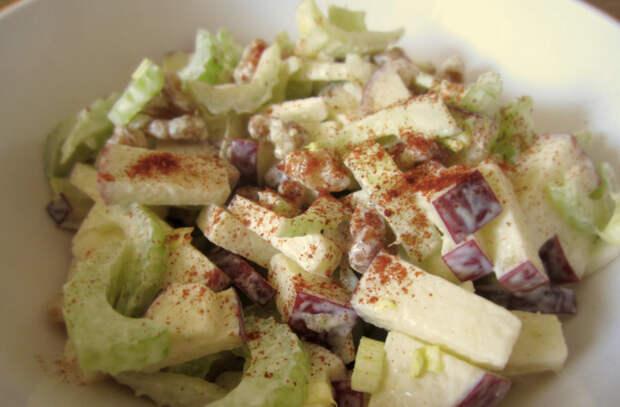 Готовим с яблоками. Кладем сверху мяса в духовке, режем в салат и делаем рагу
